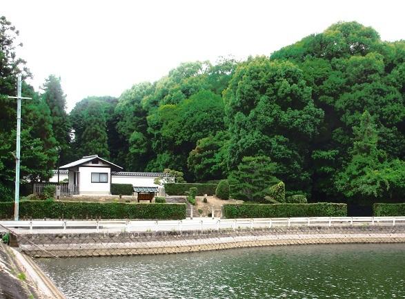 IMG_0025③溜池の向こうに崇道天皇陵