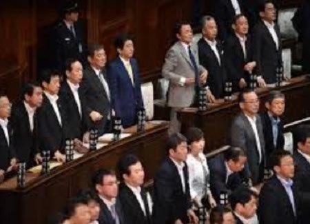 20170613法案に賛成する首相と閣僚