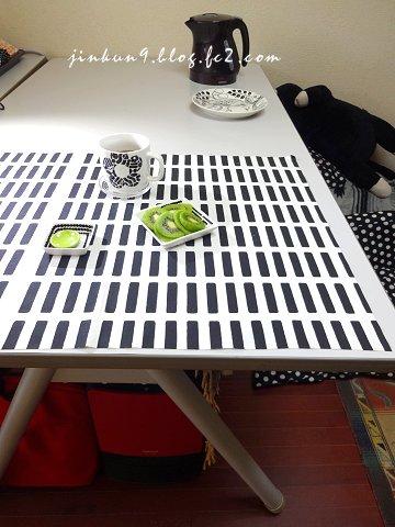 なんとなく06-01 テーブルの位置を大幅に変えた こんな感じでご飯食べてます。1