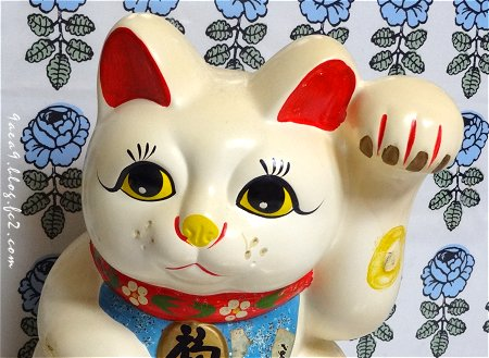 marimekko を背にした 招き猫 2