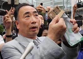 報道陣に向かって一万円の