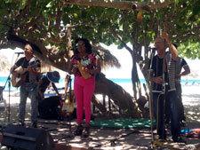 バラデロ-浜辺でライブ