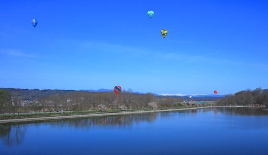 青空に熱気球と北アルプス