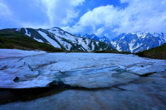 残雪の八方池