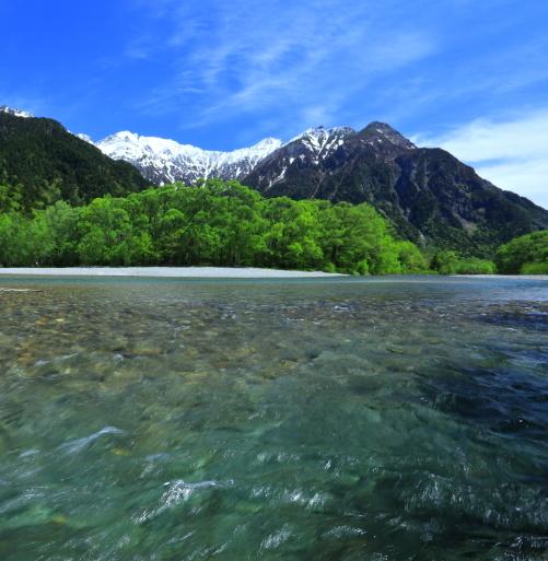 梓川と穂高岳を彩る雲と若葉