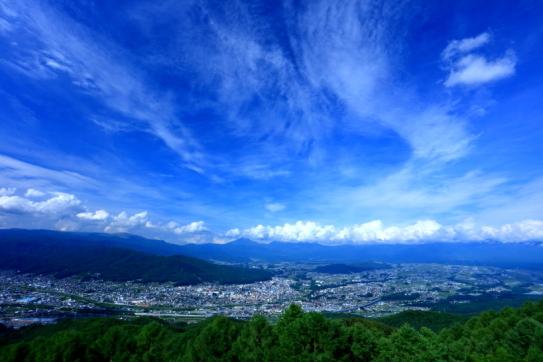 峠の茶屋から諏訪盆地と八ヶ岳を望む