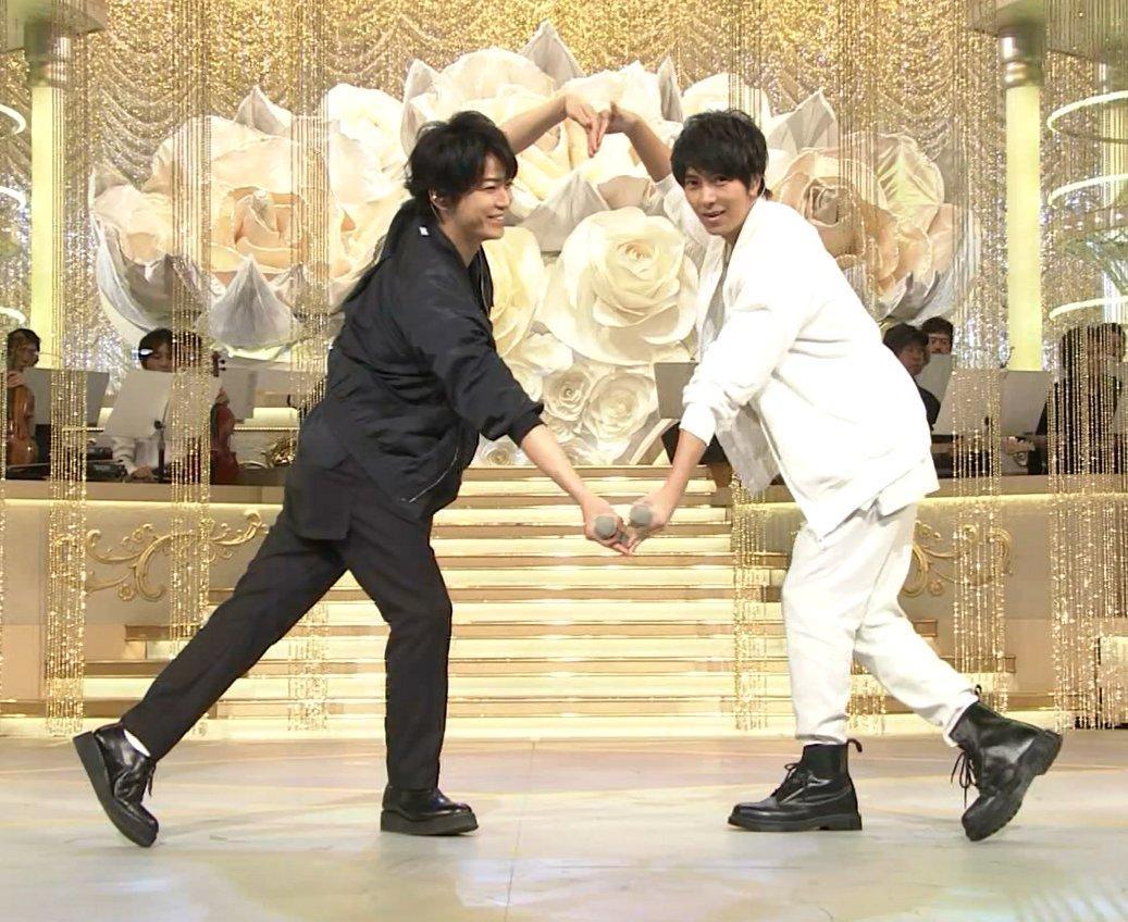 【うたコン】亀と山Pが『背中越しのチャンス』の振りで大小2つのハートを作り、「可愛いが過ぎる」の声!