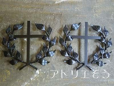 葉の王冠(月桂樹)+十字架妻飾り