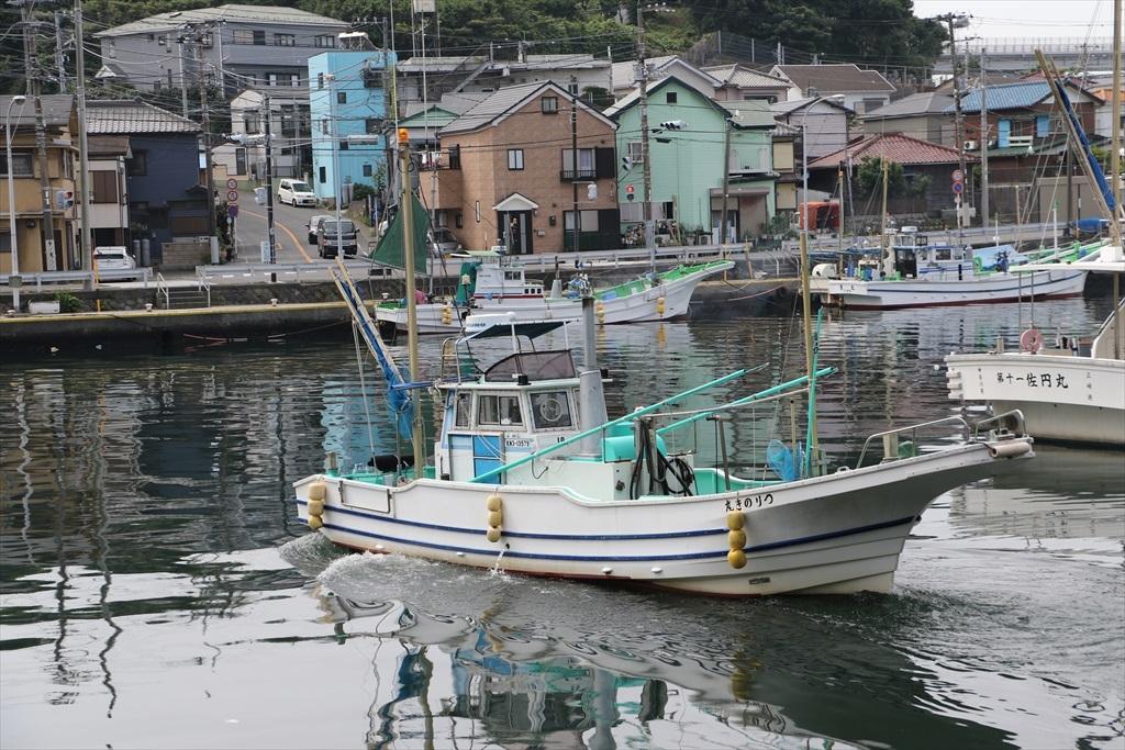 出港する漁船_6