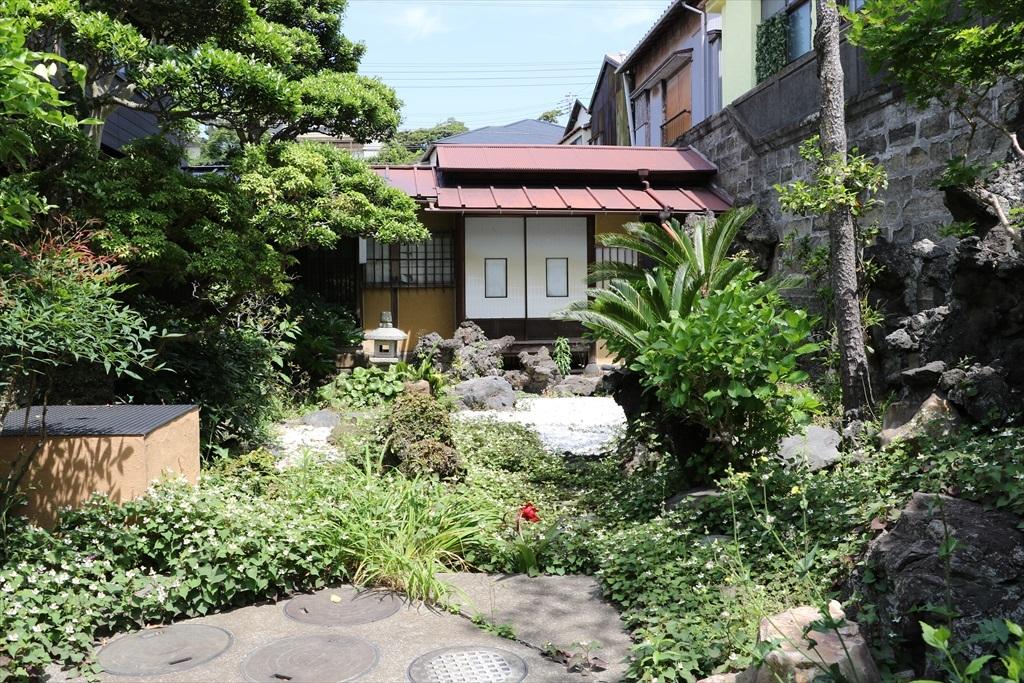 瀟洒な住宅と庭とが見える