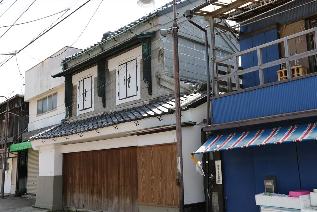 朽ち果てそうな建物が少し改修された