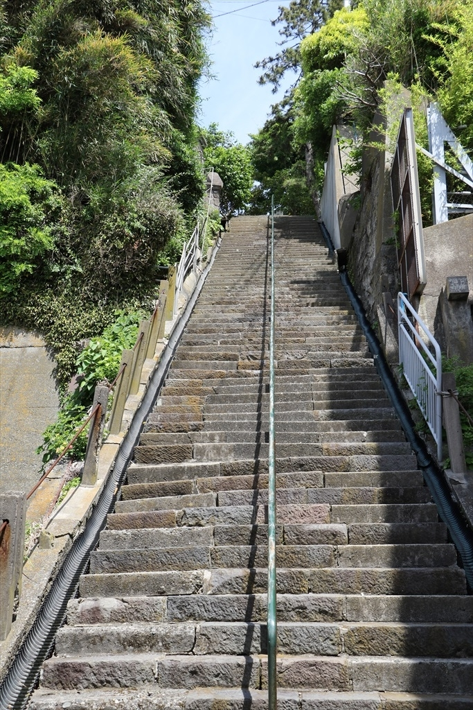 急こう配の階段_1