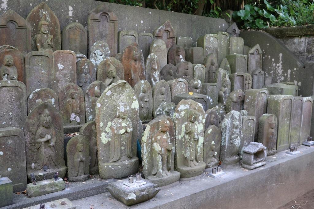階段を上り切った辺りにある無縁仏の碑_2