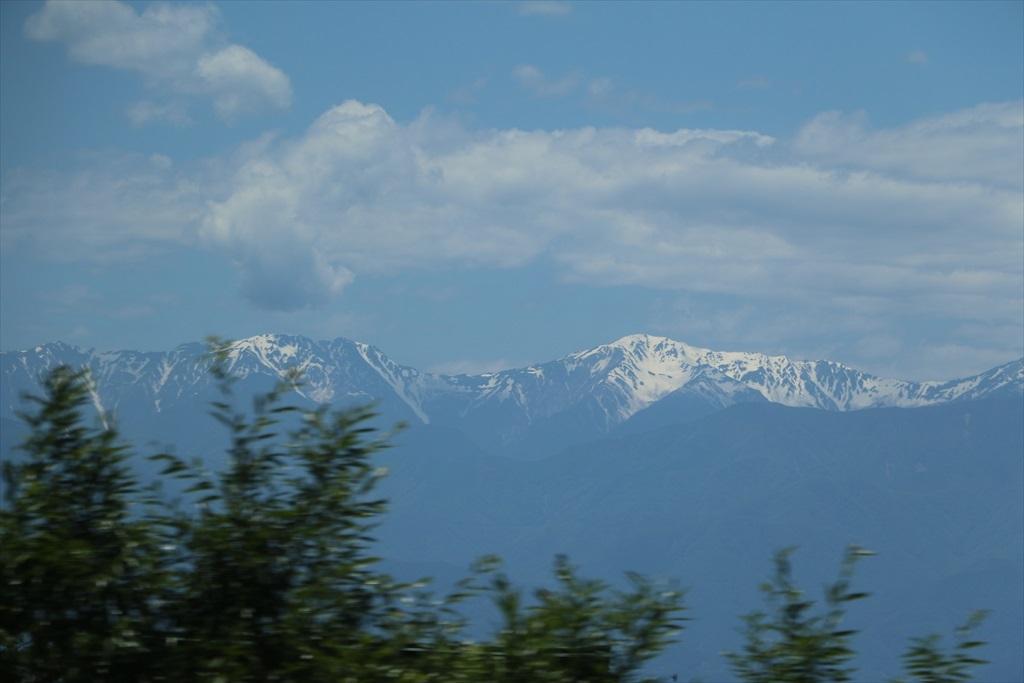 車窓から高い山々が見えてきた_1