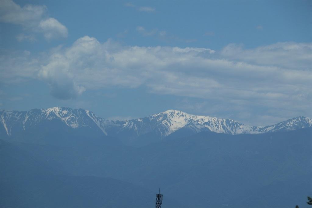 車窓から高い山々が見えてきた_2