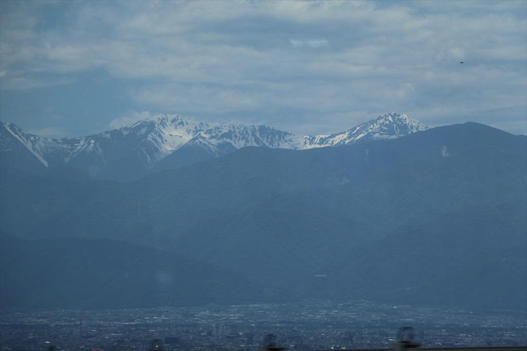 車窓から高い山々が見えてきた_3