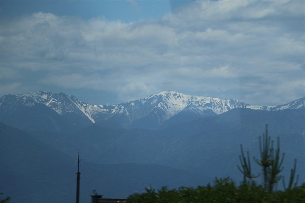 車窓から高い山々が見えてきた_4