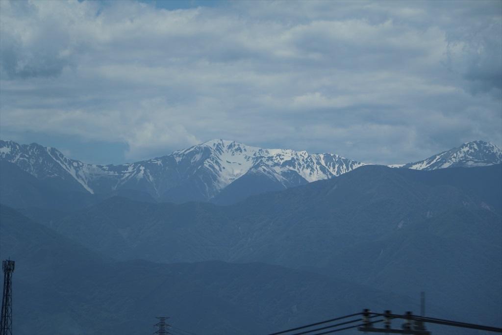 車窓から高い山々が見えてきた_5