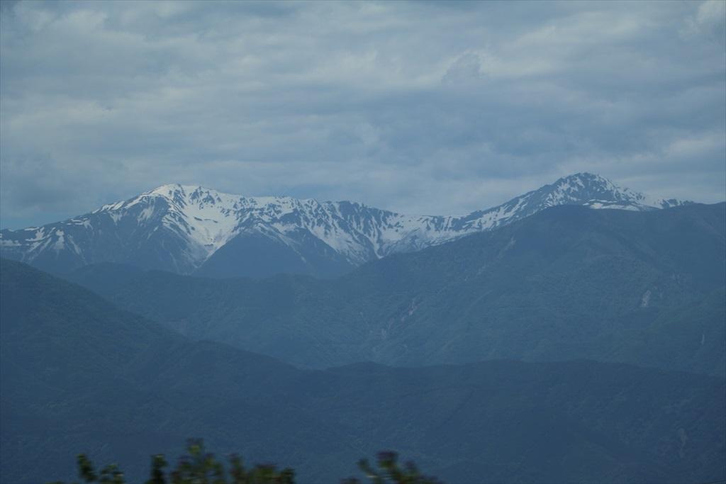 車窓から高い山々が見えてきた_6