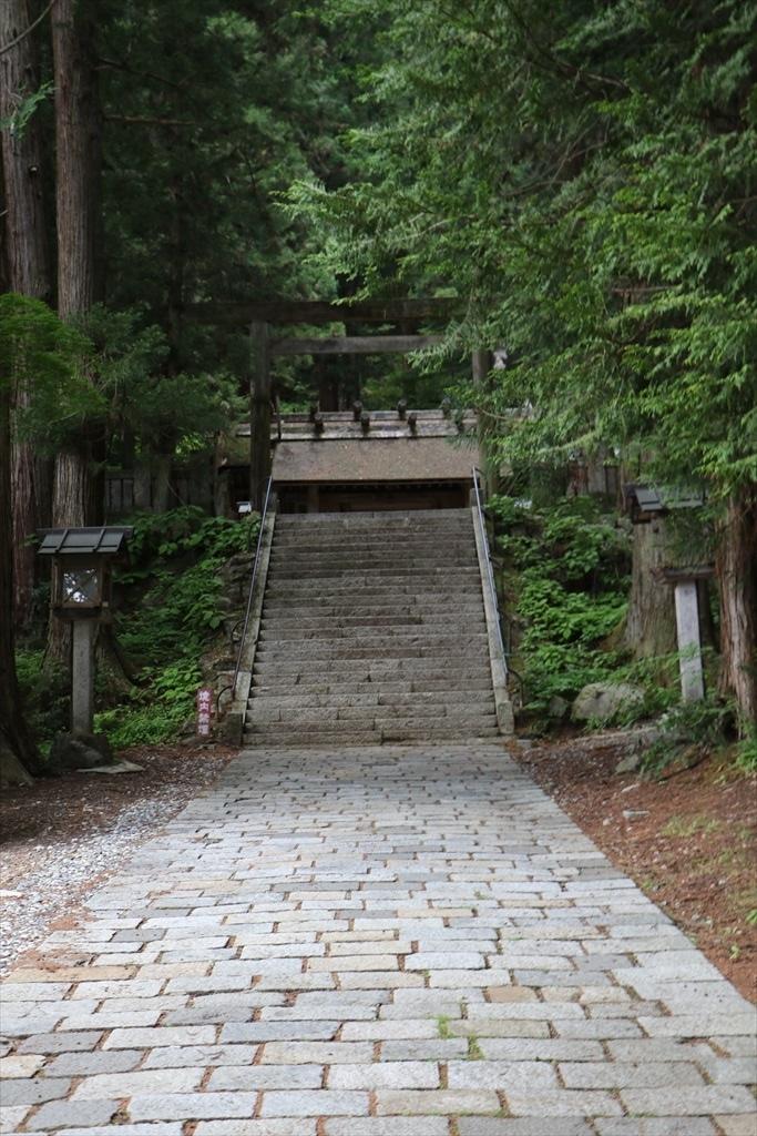 三の鳥居と神門とが見える_1