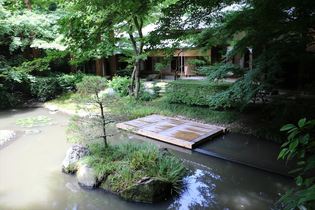 丸窓のすぐ先にある池_2