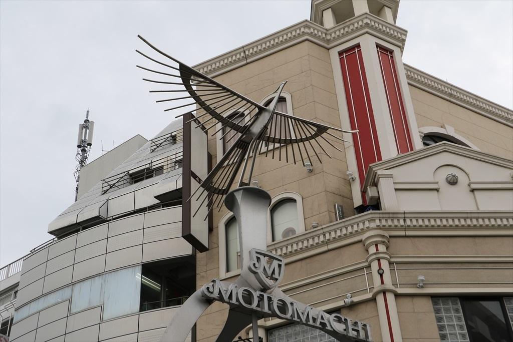 元町商店街の両側の入り口にあるフェニックスのモニュメント