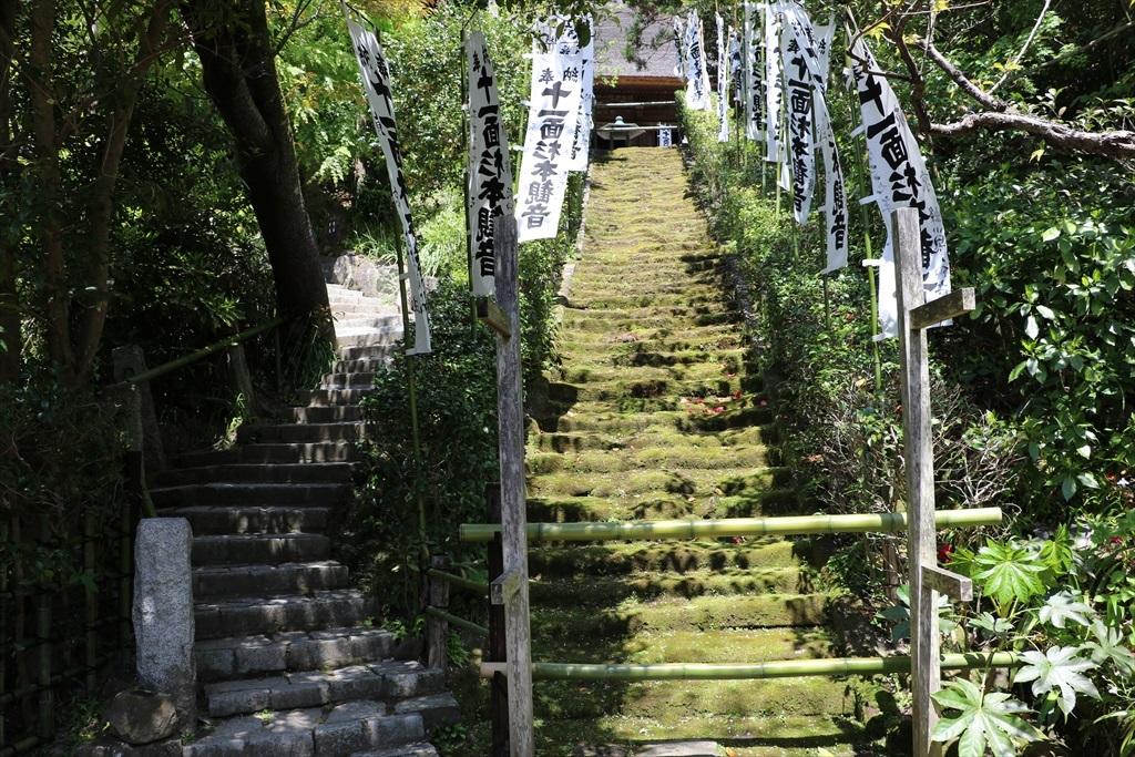 鎌倉石の苔生した石段_6