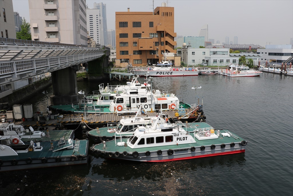 ここには水先案内船や水上警察の警備船が