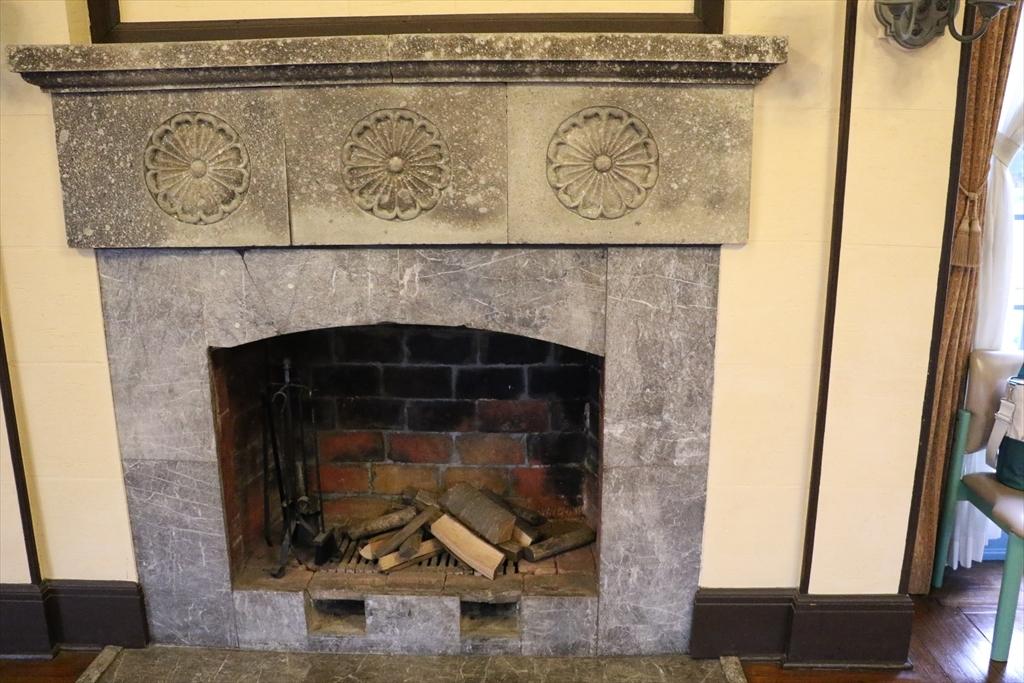 暖炉の上部には、ロゼット文様が