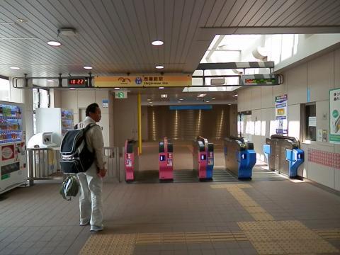 市場前駅改札出口