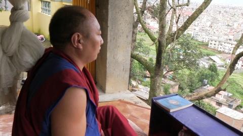 空を見つめる瞑想をするチベット僧
