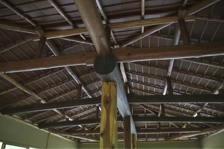 東屋の天井と梁-832