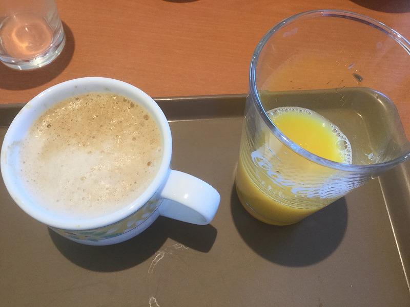 カフェラテとオレンジジュース