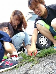 家族で草むしり (1)