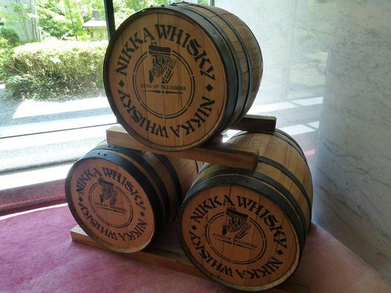 岩松旅館中にあるニッカウヰスキー樽