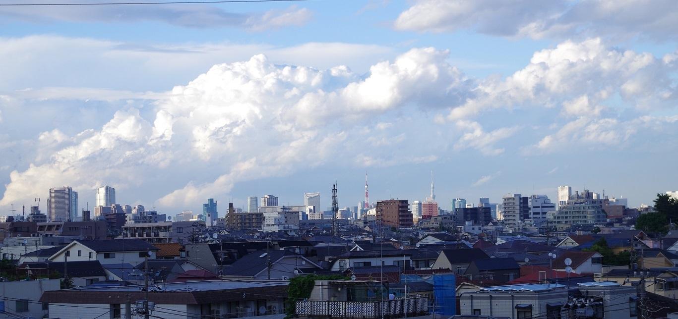 東工大本館の屋上 東京タワーとスカイツリーが同じ大きさに見える