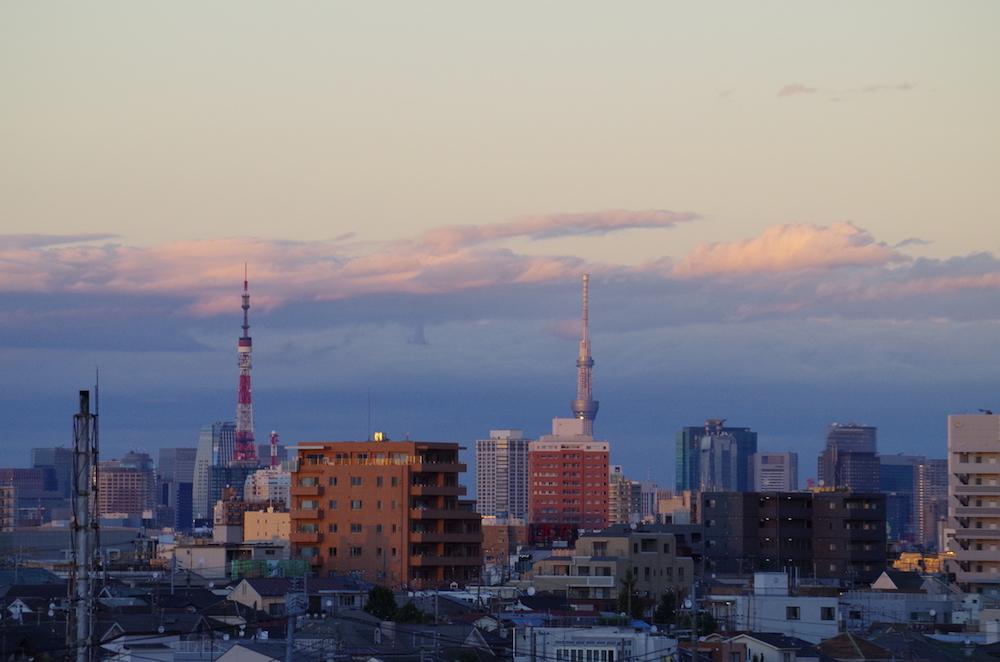 東工大本館の屋上 夕焼けの中、スカイツリーと東京タワーが同じ大きさに見える