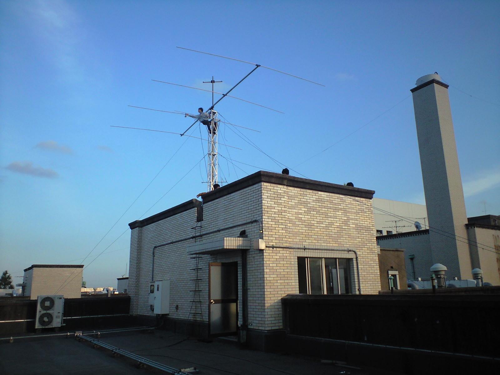 東工大本館の屋上 短波アンテナの設営