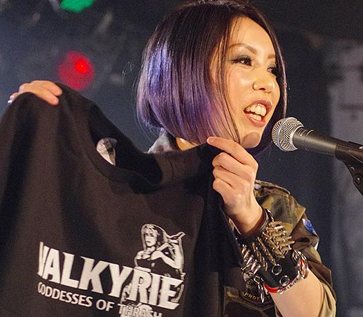 Valkyrieヴァルキューレ_ライブでTシャツを売るボーカル