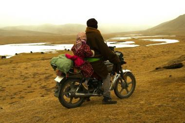 『草原の河』 父親のグルは河を渡って祖父のところに行こうとするのだが……。妙に袖が長い服装はチベットの伝統的なものなのだとか。