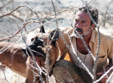 『ノー・エスケープ 自由への国境』 サム(ジェフリー・ディーン・モーガン)と愛犬のトラッカー。トラッカーがサスペンスを盛り上げる。
