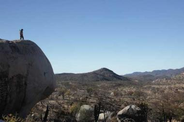 ホナス・キュアロン 『ノー・エスケープ 自由への国境』 舞台となる砂漠地帯はこんな場所。狂気のサムは岩の上から移民たちを狩る。