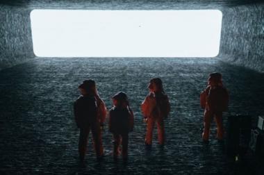 ドゥニ・ヴィルヌーヴ 『メッセージ』 宇宙船内の謁見の間。透明な壁の向こうに異星人が現れる。