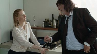 『ありがとう、トニ・エルドマン』 イネス(ザンドラ・ヒュラー)とトニ・エルドマン(ペーター・ジモニシェック)。娘がクスリをやっているのを見て冗談で逮捕するものの……。