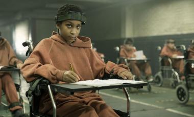 『ディストピア パンドラの少女』 第二世代の子供たちは車椅子で拘束されながらも勉学に励む。