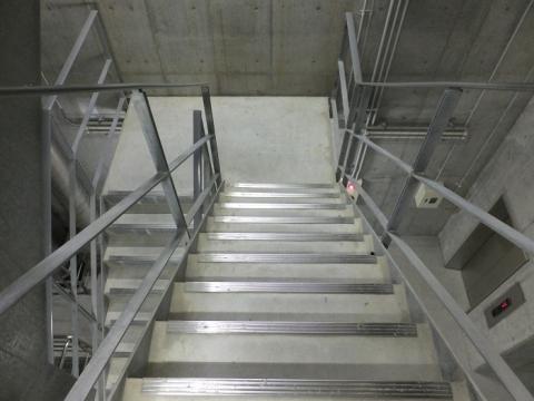 恩廻公園調節池・地下へ通じる階段