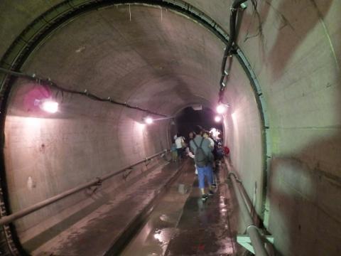 恩廻公園調節池・地下の流入立坑から本坑への水路