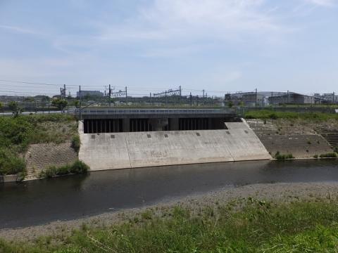 川和遊水地・越流堤