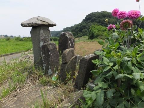荻野川・本郷橋たもとの石像