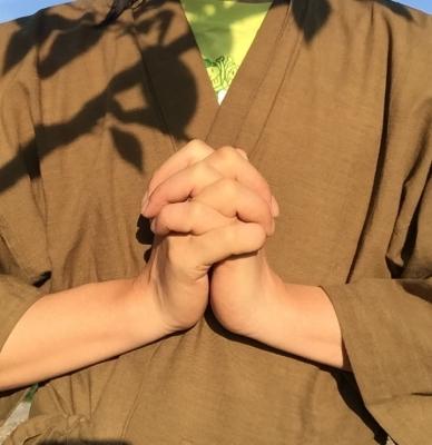 手を胸の前で組む